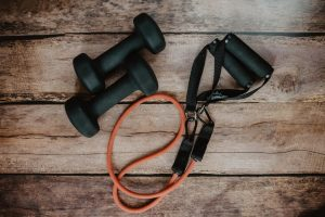 Fitness oefeningen voor thuis met en zonder gewichten